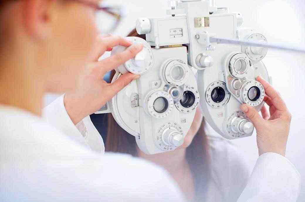 Проверка зрения специалистом