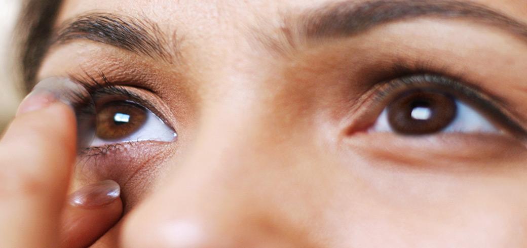 Как надевать и снимать контактные линзы?